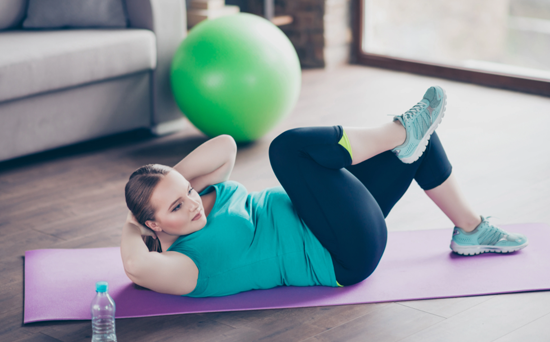 woman-doing-crunches-on-yoga-mat